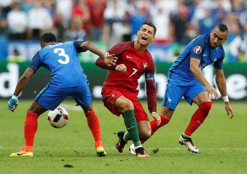 Thủ quân Ronaldo bị phạm lỗi ở trận chung kết Euro 2016 giữa Bồ Đào Nha và Pháp