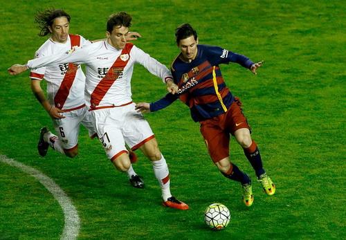 LLorente (27) và Itura (6) lần lượt bị truất quyền thi đấu trong trận