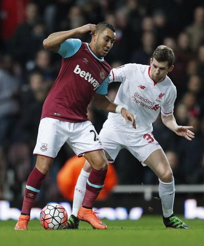 Dimitri Payet (trái) chơi rất hay tại West Ham mùa giải vừa qua