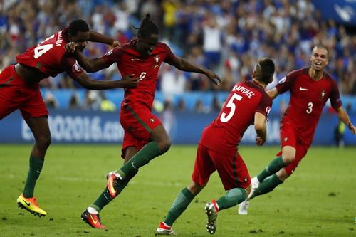 Tuyển Bồ Đào Nha vui mừng sau pha ghi bàn của Eder (9) trong trận chung kết