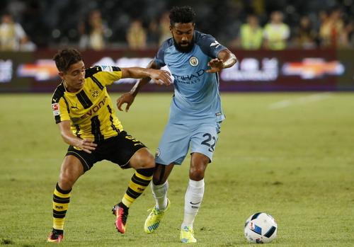 Gael Clichy (phải) vất vả cản phá Emre Mor của Dortmund