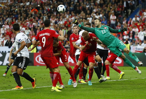 Thủ môn Fabianski kiên cường bảo vệ khung thành Ba Lan