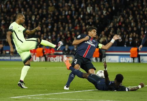 Fernandinho giành lại 1 điểm cho Man City với bàn thắng phút 72