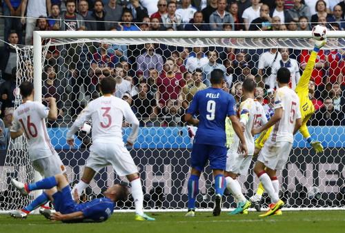 De Gea có ngày thi đấu quá vất vả trước các chân sút Ý