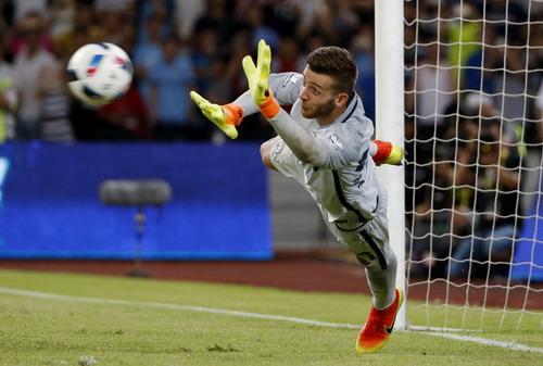 Thủ môn Angus Gunn đẩy đến 3 cú sút của các cầu thủ Dortmund