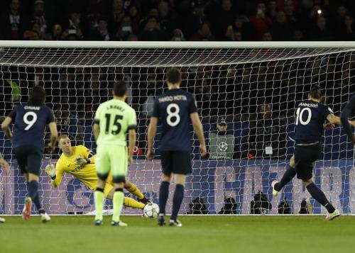 Ibrahimovic không thắng nổi Joe Hart trên chấm 11 m