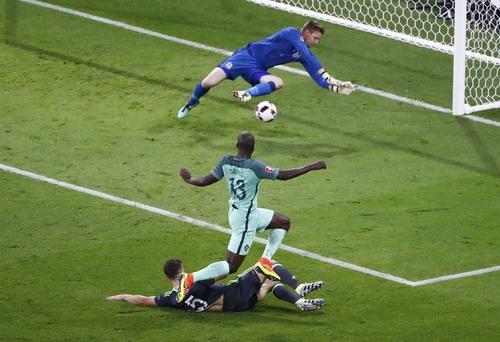 Danilo bỏ lỡ cơ hội ghi bàn khi đối mặt thủ môn Hennessey