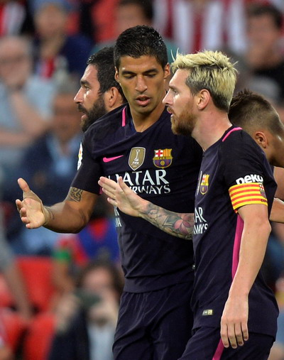 Hai siêu sao Barcelona liên tục hội ý để tìm bàn thắng