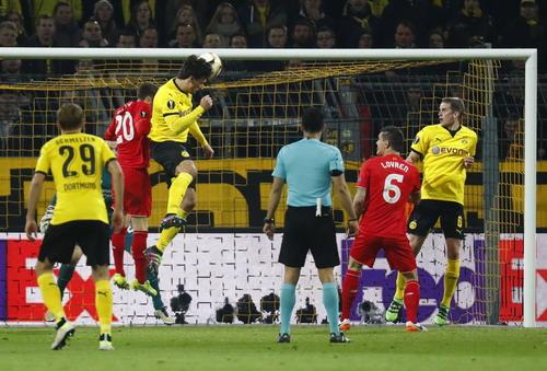 Mats Hummels đánh đầu gỡ hòa 1-1 cho Dortmund