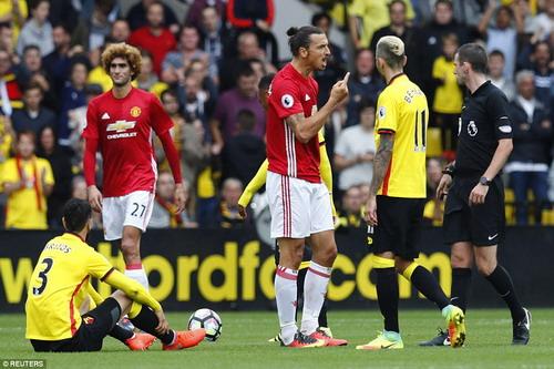 Ibrahimovic chất vấn trọng tài sau pha phạm lỗi của Britos