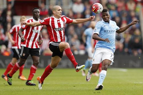 Iheanacho (phải) ghi cú đúp nhưng Man City vẫn thảm bại trước Southampton