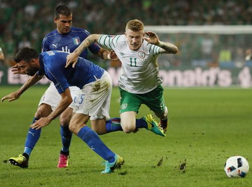 James McClean bị phạm lỗi nhưng Ý không bị thổi phạt đền