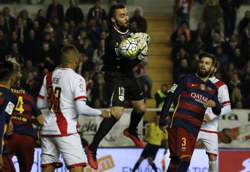 Thủ môn Carlos để vuột bóng và Rakitic (4) dễ dàng mở tỉ số