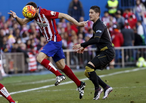 Juanfran tranh bóng cùng Escudero (Sevilla, phải)