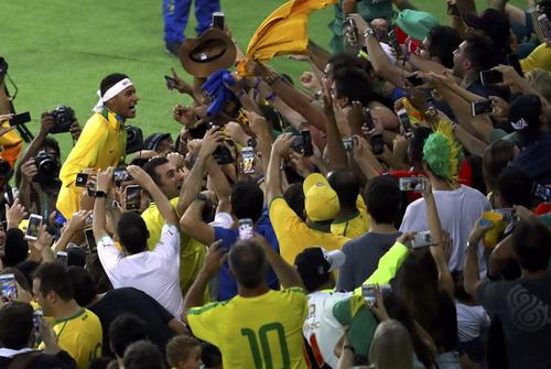 Neymar xông lên khán đài tìm Bruna