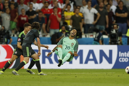 Các cầu thủ Bồ Đào Nha bị phạm lỗi nguy hiểm