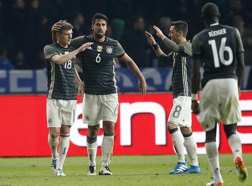 Kroos (18) ghi bàn mở tỉ số cho tuyển Đức