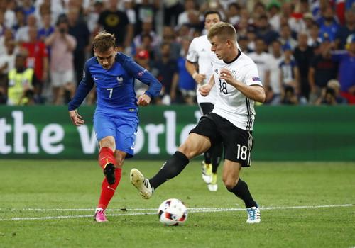 Toni Kroos đối đầu Antoine Griezmann