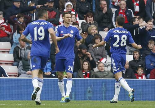 Đồng đội chia vui cùng Matic (21) sau bàn nâng tỉ số 2-1 cuối hiệp một
