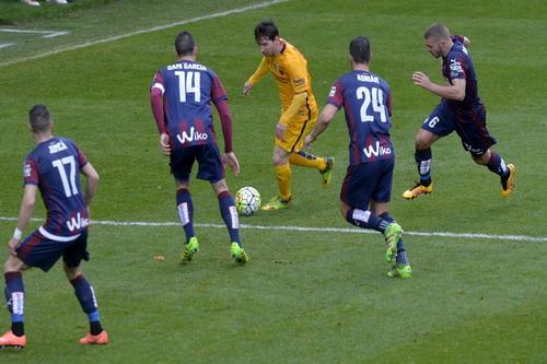 Messi đánh bại hàng thủ Eibar trước khi ghi bàn thứ nhì