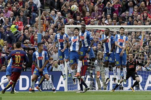 Messi mở tỉ số từ cú sút phạt đẳng cấp trước Espanyol