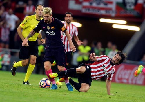 Messi cũng liên tục bị hậu vệ chủ nhà đeo bám