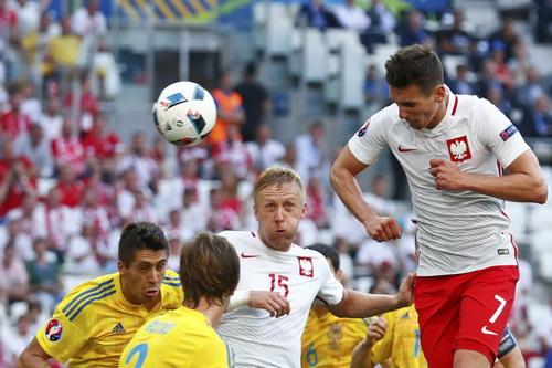 Arkadiusz Milik (7) là cầu thủ Ba Lan chơi hay nhất từ đầu giải