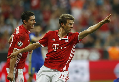 Song sát Mueller - Lewandowski lập công cho Bayern