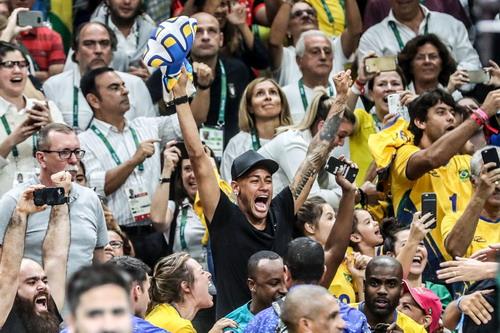 Neymar và Bruna xem chung kết bóng chuyền nam