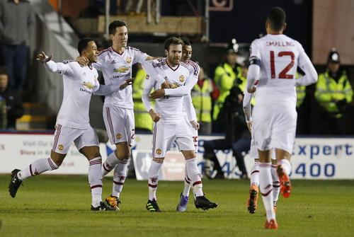 Juan Mata lập siêu phẩm từ pha đá phạt phút 45