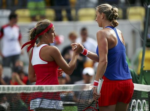 Monica Puig (trái) được Kvitova chúc mừng sau trận bán kết