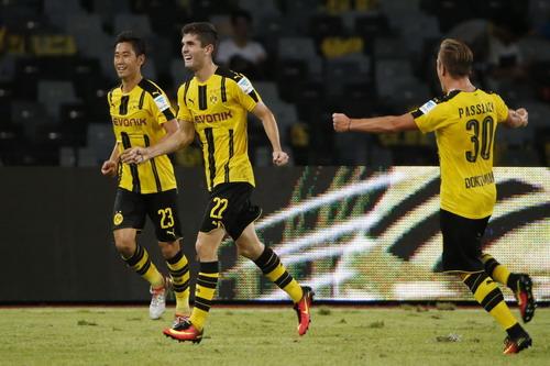 Christian Pulisic (giữa) vui mừng với bàn gỡ hòa phút 90+5