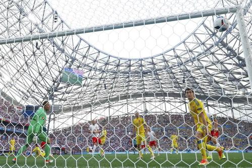Thủ môn Pyatov chôn chân nhìn bóng tung lưới nhà