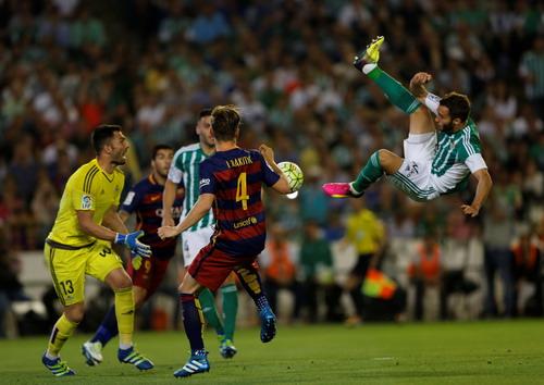 Rakitic tận dụng sai sót của hàng thủ của Betis để mở tỉ số phút 50