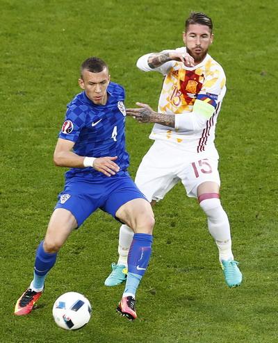 Sergio Ramos đã bị phạt một thẻ vàng