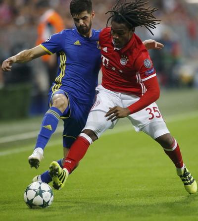Tân binh Renato Sanchez (phải) có trận mở màn ấn tượng