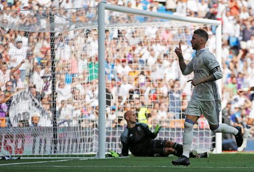 Trung vệ Sergio Ramos mừng bàn thắng