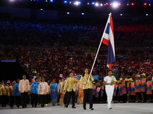 Ratchanok Intanon cầm cờ Thái Lan tại lễ khai mạc Olympic Rio