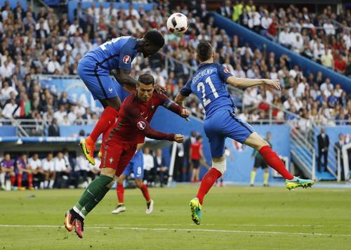 Umtiti (trái) tranh chấp quyết liệt với Ronaldo ở trận chung kết