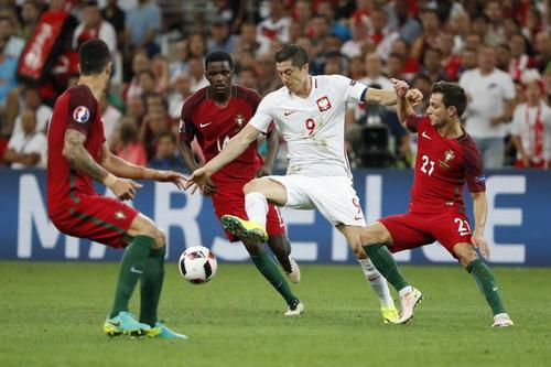 Lewandowski thăng hoa nhưng không vượt qua hàng thủ Bồ Đào Nha lần thứ hai