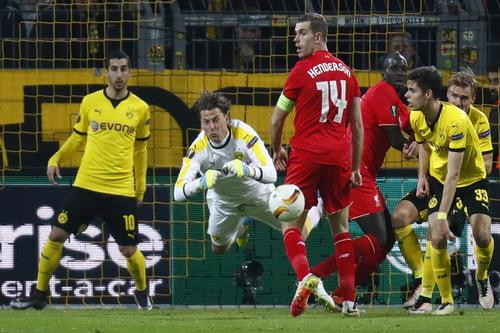 Trận cầu vất vả của thủ môn Roman Weidenfeller