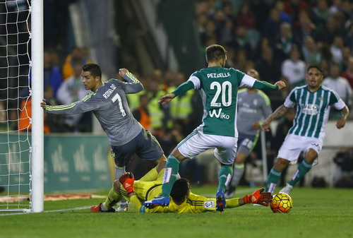 Ronaldo quá kém may mắn trước hàng thủ Betis
