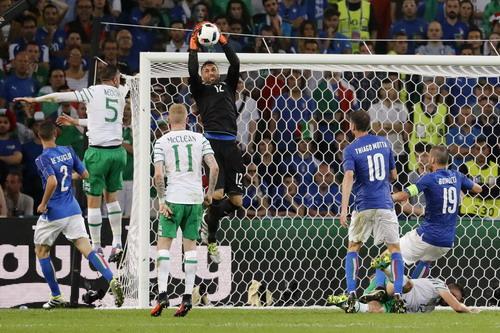 Sirigu hóa giải một tình huống tấn công của các chân sút CH Ireland