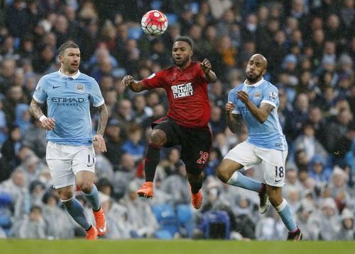 Các hậu vệ Man City không cản nổi Stephane Sessegnon ghi bàn mở tỉ số