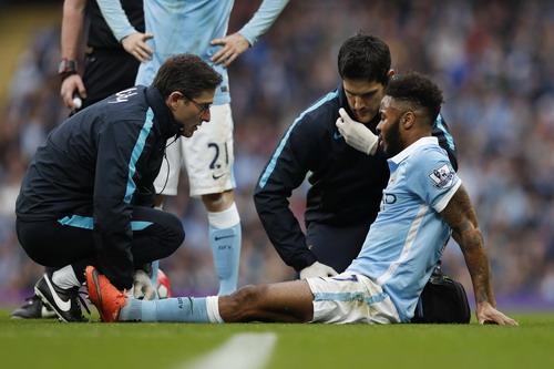 Sterling chấn thương ở hiệp 1...