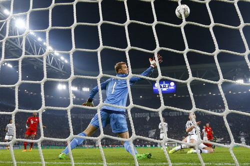Maunel Neuer bất lực trước pha dứt điểm của Sturaro