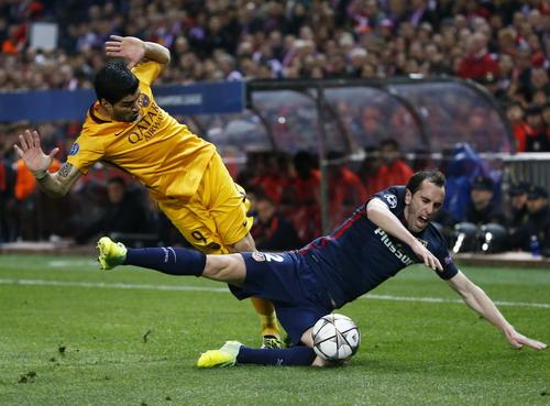 Luis Suarez bất lực trước người đồng hương Diego Godin