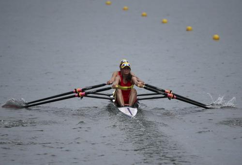 Cặp tuyển thủ rowing Việt Nam trên đường đua