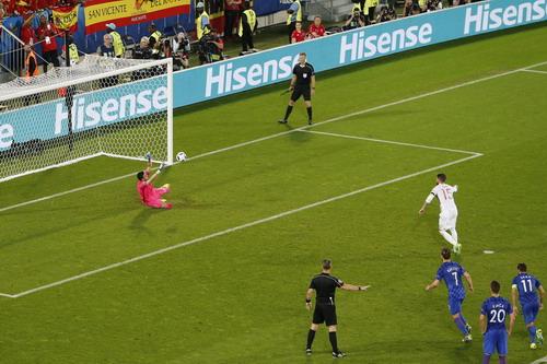 Sergio Ramos sút hỏng quả phạt 11 mét trước thủ thành Subasic