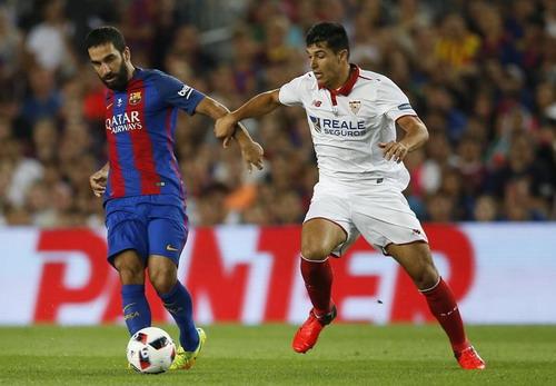 Arda Turan tranh chấp bóng với các hậu vệ Sevilla